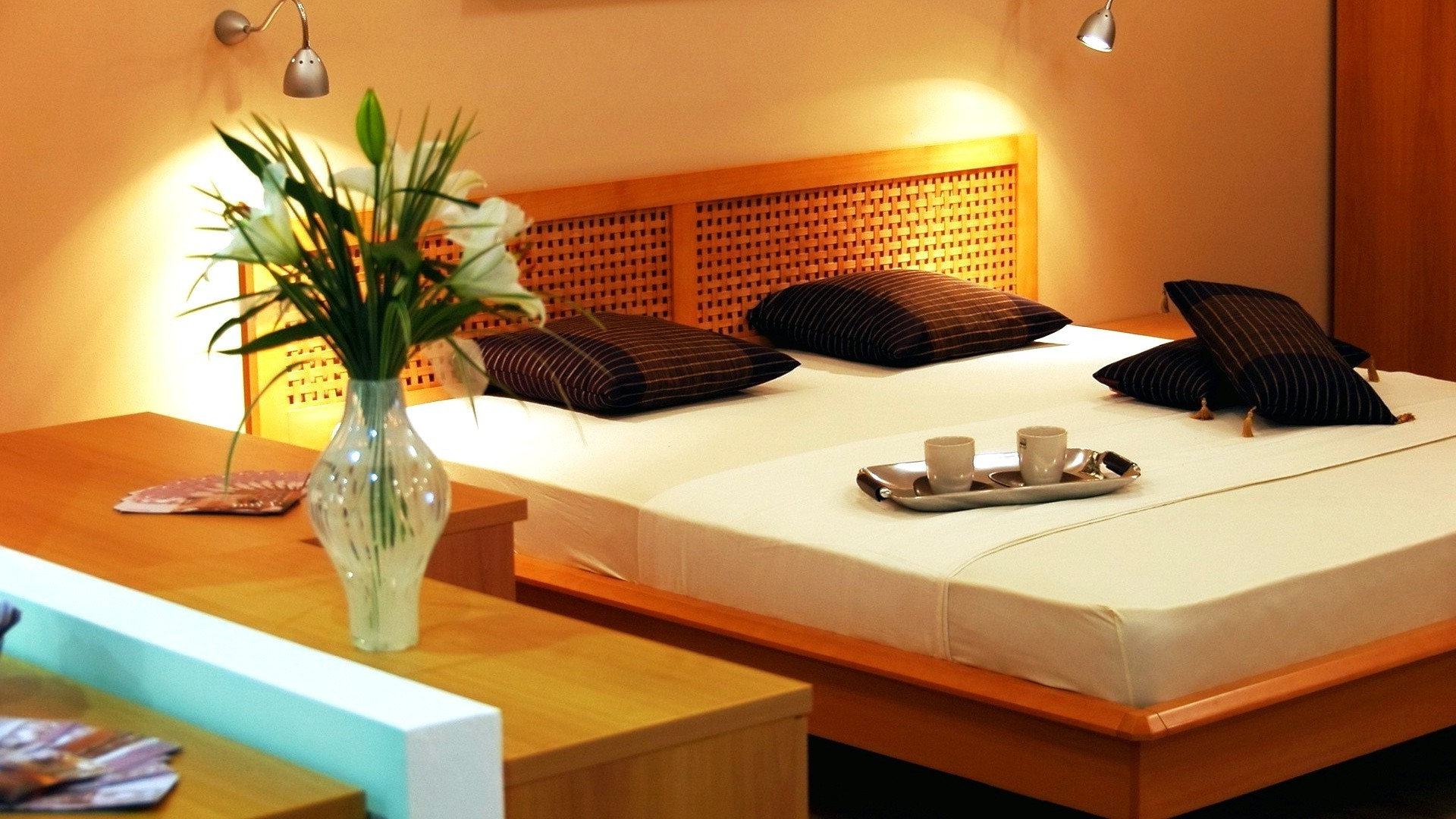 picture: wooden, flowers, brown, lamps, mugs, style, bedroom, design, tray, interior, bed, light, vase, room, orange (image)